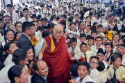Его Святейшество Далай-лама фотографируется с учениками по завершении лекции в Ладакской публичной школе. Ле, Ладак, штат Джамму и Кашмир, Индия. 8 июля 2017 г. Фото: Лобсанг Церинг (офис ЕСДЛ)