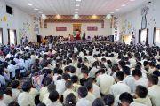 Вид на сцену актового зала – Зала вдохновения –  Ладакской публичной школы во время лекции Его Святейшества Далай-ламы. Ле, Ладак, штат Джамму и Кашмир, Индия. 8 июля 2017 г. Фото: Лобсанг Церинг (офис ЕСДЛ)