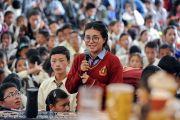 Одна из учениц Ладакской публичной школы задает вопрос Его Святейшеству Далай-ламе. Ле, Ладак, штат Джамму и Кашмир, Индия. 8 июля 2017 г. Фото: Лобсанг Церинг (офис ЕСДЛ)