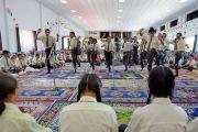 Ученики Ладакской публичной школы проводят показательный философский диспут во время визита Его Святейшества Далай-ламы. Ле, Ладак, штат Джамму и Кашмир, Индия. 8 июля 2017 г. Фото: Лобсанг Церинг (офис ЕСДЛ)