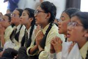 Ученики Ладакской публичной школы повторяют за Его Святейшеством Далай-ламой мантру Манджушри. Ле, Ладак, штат Джамму и Кашмир, Индия. 8 июля 2017 г. Фото: Лобсанг Церинг (офис ЕСДЛ)