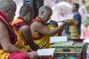 Мастер ритуального пения совершает подношения во время молитв в начале первого дня учений в монастыре Дискет. Дискет, долина Нубра, штат Джамму и Кашмир, Индия. 11 июля 2017 г. Фото: Тензин Чойджор (офис ЕСДЛ)