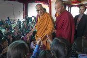 Школьники тянутся к Его Святейшеству Далай-ламе, чтобы пожать ему руку по завершении встречи в монастыре Дискет. Дискет, долина Нубра, штат Джамму и Кашмир, Индия. 11 июля 2017 г. Фото: Тензин Чойджор (офис ЕСДЛ)