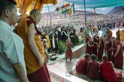 Его Святейшество Далай-лама наблюдает, как монахи проводят показательный философский диспут в начале первого дня учений в монастыре Дискет. Дискет, долина Нубра, штат Джамму и Кашмир, Индия. 11 июля 2017 г. Фото: Тензин Чойджор (офис ЕСДЛ)