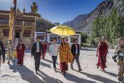 Его Святейшество Далай-лама направляется на площадку учений в монастыре Дискет. Дискет, долина Нубра, штат Джамму и Кашмир, Индия. 11 июля 2017 г. Фото: Тензин Чойджор (офис ЕСДЛ)