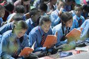 Школьники следят за текстом во время первого дня учений Его Святейшества Далай-ламы в монастыре Дискет. Дискет, долина Нубра, штат Джамму и Кашмир, Индия. 11 июля 2017 г. Фото: Тензин Чойджор (офис ЕСДЛ)