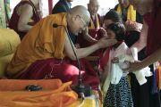 Его Святейшество Далай-лама приветствует юную девочку, совершившую подношение в начале первого дня учений в монастыре Дискет. Дискет, долина Нубра, штат Джамму и Кашмир, Индия. 11 июля 2017 г. Фото: Тензин Чойджор (офис ЕСДЛ)