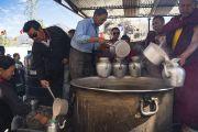 Волонтеры варят молочный чай, чтобы угостить верующих в ходе первого дня учений Его Святейшества Далай-ламы в монастыре Дискет. Дискет, долина Нубра, штат Джамму и Кашмир, Индия. 11 июля 2017 г. Фото: Тензин Чойджор (офис ЕСДЛ)