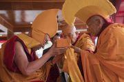 Досточтимый Тикси Ринпоче совершает традиционные подношения в ходе молебна о долгой жизни Его Святейшества Далай-ламы в монастыре Дискет. Дискет, долина Нубра, штат Джамму и Кашмир, Индия. 12 июля 2017 г. Фото: Тензин Чойджор (офис ЕСДЛ)