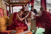 Его Святейшество Далай-лама тепло приветствует представителя старшего поколения, который по традиции последним совершил подношение во время молебна о долгой жизни Его Святейшества. Дискет, долина Нубра, штат Джамму и Кашмир, Индия. 12 июля 2017 г. Фото: Тензин Чойджор (офис ЕСДЛ)