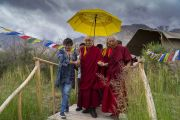 Тикси Ринпоче и местные жители провожают Его Святейшество Далай-ламу к машине после обеда в поселении Чампа. Дискет, долина Нубра, штат Джамму и Кашмир, Индия. 12 июля 2017 г. Фото: Тензин Чойджор (офис ЕСДЛ)