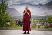 В конце заключительного дня учений в монастыре Дискет Его Святейшество Далай-лама позирует для иностранных фотографов. Дискет, долина Нубра, штат Джамму и Кашмир, Индия. 13 июля 2017 г. Фото: Тензин Чойджор (офис ЕСДЛ)