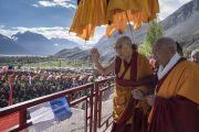 Поднявшись на сцену, Его Святейшество Далай-лама приветствует верующих в начале заключительного дня учений в монастыре Дискет. Дискет, долина Нубра, штат Джамму и Кашмир, Индия. 13 июля 2017 г. Фото: Тензин Чойджор (офис ЕСДЛ)
