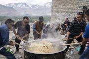 Волонтеры готовят рис, которым будут угощать верующих в ходе заключительного дня учений Его Святейшества Далай-ламы в монастыре Дискет. Дискет, долина Нубра, штат Джамму и Кашмир, Индия. 13 июля 2017 г. Фото: Тензин Чойджор (офис ЕСДЛ)