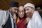 Его Святейшество Далай-лама шутливо позирует для фотографов с представителями мусульманского сообщества из поселения Туртук. Дискет, долина Нубра, штат Джамму и Кашмир, Индия. 13 июля 2017 г. Фото: Тензин Чойджор (офис ЕСДЛ)