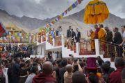По завершении заключительного дня учений в монастыре Дискет Его Святейшество Далай-лама машет верующим рукой на прощание. Дискет, долина Нубра, штат Джамму и Кашмир, Индия. 13 июля 2017 г. Фото: Тензин Чойджор (офис ЕСДЛ)