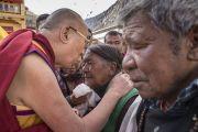 Направляясь на площадку учений при монастыре Дискет, Его Святейшество Далай-лама останавливается, чтобы даровать благословение местным жителям. Дискет, долина Нубра, штат Джамму и Кашмир, Индия. 13 июля 2017 г. Фото: Тензин Чойджор (офис ЕСДЛ)