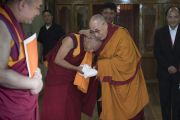 Перед тем как отправиться на площадку учений при монастыре Дискет Его Святейшество Далай-лама благодарит Тикси Ринпоче за теплый прием. Дискет, долина Нубра, штат Джамму и Кашмир, Индия. 13 июля 2017 г. Фото: Тензин Чойджор (офис ЕСДЛ)