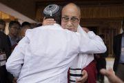 По завершении встречи с иностранными туристами Его Святейшество Далай-лама обнимает на прощание гостя из Израиля. Дискет, долина Нубра, штат Джамму и Кашмир, Индия. 13 июля 2017 г. Фото: Тензин Чойджор (офис ЕСДЛ)