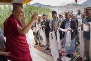 Его Святейшество Далай-лама приветствует представителей мусульманского сообщества из поселения Туртук, которое он не смог посетить из-за плохих погодных условий. Дискет, долина Нубра, штат Джамму и Кашмир, Индия. 13 июля 2017 г. Фото: Тензин Чойджор (офис ЕСДЛ)