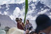 Туристы слушают перевод учений Его Святейшества Далай-ламы в монастыре Дискет. Дискет, долина Нубра, штат Джамму и Кашмир, Индия. 13 июля 2017 г. Фото: Тензин Чойджор (офис ЕСДЛ)