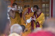 Монахи готовят ритуальные предметы в начале заключительного дня учений Его Святейшества Далай-ламы в монастыре Дискет. Дискет, долина Нубра, штат Джамму и Кашмир, Индия. 13 июля 2017 г. Фото: Тензин Чойджор (офис ЕСДЛ)