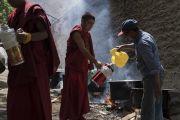 Волонтеры готовятся угощать верующих чаем во время учений Его Святейшества Далай-ламы в монастыре Самтенлинг. Сумур, долина Нубра, штат Джамму и Кашмир, Индия. 14 июля 2017 г. Фото: Тензин Чойджор (офис ЕСДЛ)