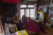 Его Святейшество Далай-лама беседует с Ризонгом Ринпоче в его ретритной комнате в монастыре Самтенлинг. Сумур, долина Нубра, штат Джамму и Кашмир, Индия. 14 июля 2017 г. Фото: Тензин Чойджор (офис ЕСДЛ)