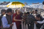 На вершине горного перевала Кхардунг-Ла Его Святейшество Далай-лама останавливается, чтобы поприветствовать сотрудников медицинского пункта, оказывающего помощь туристам. Штат Джамму и Кашмир, Индия. 15 июля 2017 г. Фото: Тензин Чойджор (офис ЕСДЛ)