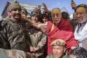 Его Святейшество Далай-лама фотографируется с сотрудниками медицинского пункта и службы охраны, работающими на вершине горного перевала Кхардунг-Ла. Штат Джамму и Кашмир, Индия. 15 июля 2017 г. Фото: Тензин Чойджор (офис ЕСДЛ)