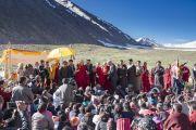 Перед началом переезда через горный перевал Кхардунг-Ла, Его Святейшество Далай-лама приветствует местных жителей. Штат Джамму и Кашмир, Индия. 15 июля 2017 г. Фото: Тензин Чойджор (офис ЕСДЛ)