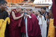 Его Святейшество Далай-лама шутливо приветствует местных жителей, собравшихся, чтобы пожелать ему счастливого пути перед отъездом из монастыря Самтенлинг. Сумур, долина Нубра, штат Джамму и Кашмир, Индия. 15 июля 2017 г. Фото: Тензин Чойджор (офис ЕСДЛ)