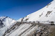 Кортеж Его Святейшества Далай-ламы приближается к вершине горного перевала Кхардунг-Ла (5,359 метров) – самого высокой точке в мире, которую можно пересечь на автотранспорте. Штат Джамму и Кашмир, Индия. 15 июля 2017 г. Фото: Тензин Чойджор (офис ЕСДЛ)