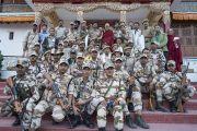 Его Святейшество Далай-лама фотографируется с сотрудниками службы охраны, помогавшими во время его визита в долину Нубра. Сумур, долина Нубра, штат Джамму и Кашмир, Индия. 15 июля 2017 г. Фото: Тензин Чойджор (офис ЕСДЛ)