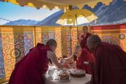 Перед тем как начать переезд через горный перевал Кхардунг-Ла, Его Святейшество Далай-лама останавливается на чаепитие, организованное Тикси Ринпоче. Штат Джамму и Кашмир, Индия. 15 июля 2017 г. Фото: Тензин Чойджор (офис ЕСДЛ)