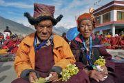 Супружеская пара, передавшая в дар землю под строительство медицинского центра Занскара, ожидает Его Святейшество Далай-ламу перед открытием нового Занскарского исследовательского института здравоохранения и традиционной тибетской медицины (сова ригпа). Занскар, штат Джамму и Кашмир, Индия. 16 июля 2017 г. Фото: Лобсанг Церинг (офис ЕСДЛ)