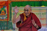 Его Святейшество Далай-лама приветствует слушателей перед началом лекции в Занскарском исследовательском институте здравоохранения и традиционной тибетской медицины (сова ригпа). Занскар, штат Джамму и Кашмир, Индия. 16 июля 2017 г. Фото: Лобсанг Церинг (офис ЕСДЛ)