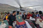 Местные жители и официальные лица встречают Его Святейшество Далай-ламу, прибывшего в Падум, столицу Занскара. Занскар, штат Джамму и Кашмир, Индия. 16 июля 2017 г. Фото: Лобсанг Церинг (офис ЕСДЛ)