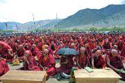 Надев на голову красные ритуальные повязки, монахи и миряне слушают наставления Его Святейшества Далай-ламы в ходе посвящения Авалокитешвары. Падум, Занскар, штат Джамму и Кашмир, Индия. 17 июля 2017 г. Фото: Лобсанг Церинг (офис ЕСДЛ)
