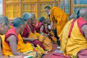 Монахи передают ритуальные объекты во время дарования Его Святейшеством Далай-ламой разрешения на практику Будды медицины. Падум, Занскар, штат Джамму и Кашмир, Индия. 18 июля 2017 г. Фото: Лобсанг Церинг (офис ЕСДЛ)