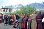 Верующие встречают Его Святейшество Далай-ламу в начале второго дня учений. Падум, Занскар, штат Джамму и Кашмир, Индия. 18 июля 2017 г. Фото: Лобсанг Церинг (офис ЕСДЛ)