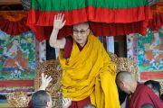 Поднявшись на сцену перед началом учений, Его Святейшество Далай-лама приветствует верующих. Падум, Занскар, штат Джамму и Кашмир, Индия. 17 июля 2017 г. Фото: Лобсанг Церинг (офис ЕСДЛ)