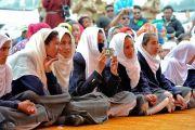 Ученицы мусульманской школы общества «Анжуман моэн-уль-ислам» слушают наставления Его Святейшества Далай-ламы. Падум, Занскар, штат Джамму и Кашмир, Индия. 18 июля 2017 г. Фото: Лобсанг Церинг (офис ЕСДЛ)