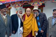 Его Святейшество Далай-лама шутливо позирует по завершении встречи с представителями местного мусульманского сообщества. Падум, Занскар, штат Джамму и Кашмир, Индия. 17 июля 2017 г. Фото: Лобсанг Церинг (офис ЕСДЛ)
