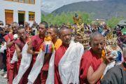 По завершении учений монахи и миряне подносят Его Святейшеству Далай-ламе молебен о долгой жизни. Падум, Занскар, штат Джамму и Кашмир, Индия. 18 июля 2017 г. Фото: Лобсанг Церинг (офис ЕСДЛ)