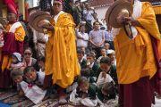 Дети выглядывают из-за ног монахов, играющих на кимвалах, чтобы увидеть Его Святейшество Далай-ламу, прибывающего в монастырь Матхо. Ле, Ладак, штат Джамму и Кашмир, Индия. 20 июля 2017 г. Фото: Тензин Чойджор (офис ЕСДЛ)