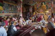 Его Святейшество Далай-лама возносит молитвы вместе с монахами и почетными гостями в монастыре Матхо. Ле, Ладак, штат Джамму и Кашмир, Индия. 20 июля 2017 г. Фото: Тензин Чойджор (офис ЕСДЛ)
