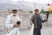 Местные жители, стоя у дороги, наблюдают, как кортеж Его Святейшества Далай-ламы направляется к монастырю Матхо. Ле, Ладак, штат Джамму и Кашмир, Индия. 20 июля 2017 г. Фото: Тензин Чойджор (офис ЕСДЛ)