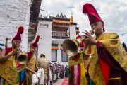 Звуками ритуальных труб-дунченов монахи возвещают о прибытии Его Святейшества Далай-ламы в монастырь Матхо. Ле, Ладак, штат Джамму и Кашмир, Индия. 20 июля 2017 г. Фото: Тензин Чойджор (офис ЕСДЛ)