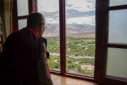 Во время визита в монастырь Матхо Его Святейшество Далай-лама любуется открывающимся из окна видом на долину. Ле, Ладак, штат Джамму и Кашмир, Индия. 20 июля 2017 г. Фото: Тензин Чойджор (офис ЕСДЛ)